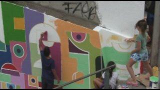 L'artista brasiler Erb Mon fa un mural amb joves a Mollet