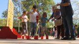 Els avis de Martorelles ensenyen els més petits els jocs de la seva infantesa