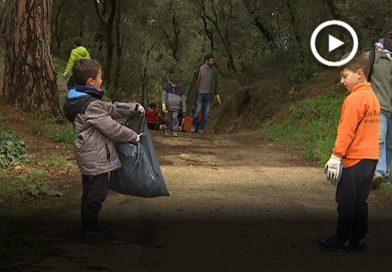 Alumnes de primària omplen unes 30 bosses amb deixalles del bosc