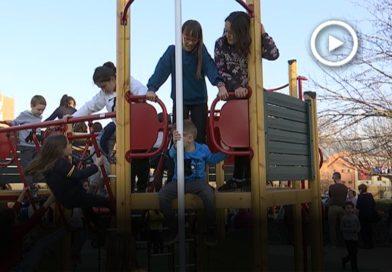 La plaça de l'Estatut s'omple d'infants el dia de la seva estrena