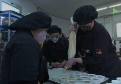 Els usuaris de taller de pastisseria del Centre Ocupacional del Bosc es preparen per Sant Ponç