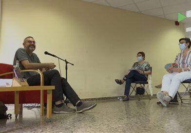 L'escriptor Manuel Forcano analitza la seva obra amb el grup de poesia de la Biblioteca de Montornès
